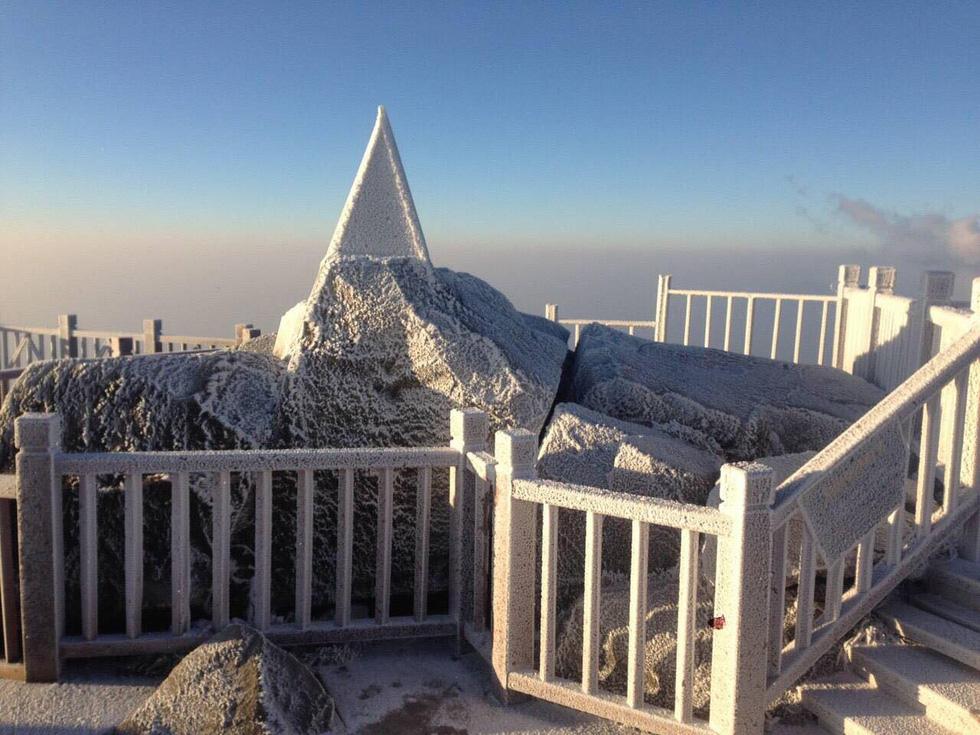 Mưa tuyết phủ trắng đỉnh Fansipan đẹp như cổ tích - Ảnh 7.