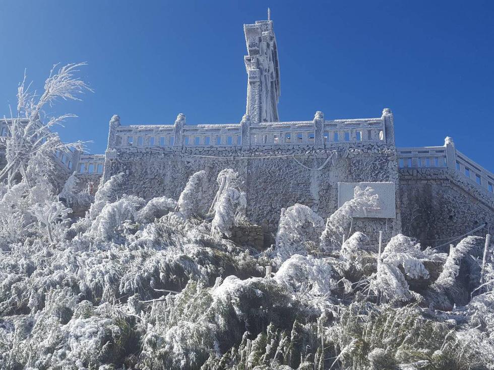 Mưa tuyết phủ trắng đỉnh Fansipan đẹp như cổ tích - Ảnh 6.