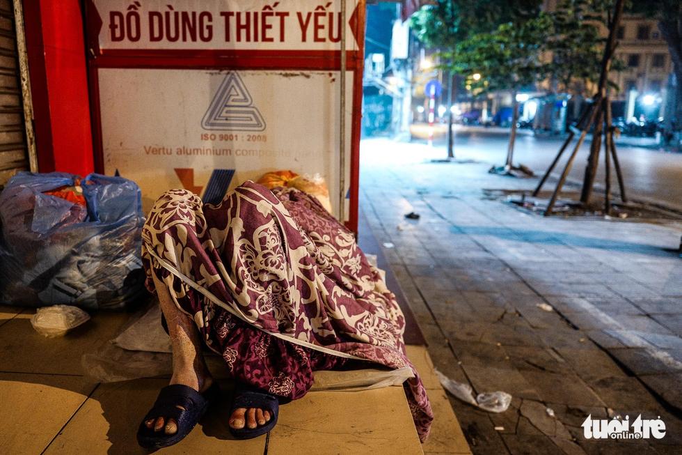 Người vô gia cư co ro giữa đêm đông Hà Nội - Ảnh 12.