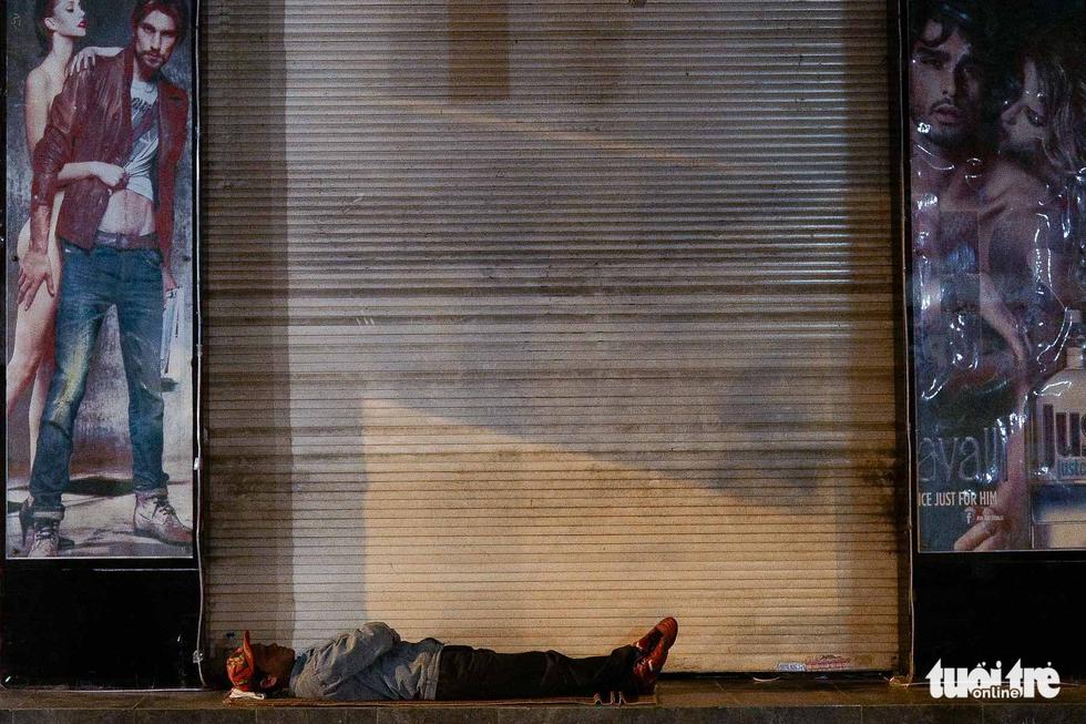 Người vô gia cư co ro giữa đêm đông Hà Nội - Ảnh 15.