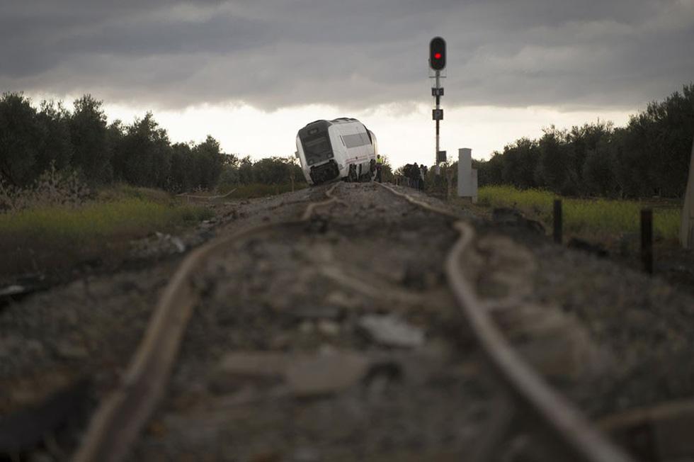 Thế giới trong tuần qua ảnh: núi lửa phun ở Indonesia, tai nạn đường sắt ở Tây Ban Nha - Ảnh 2.