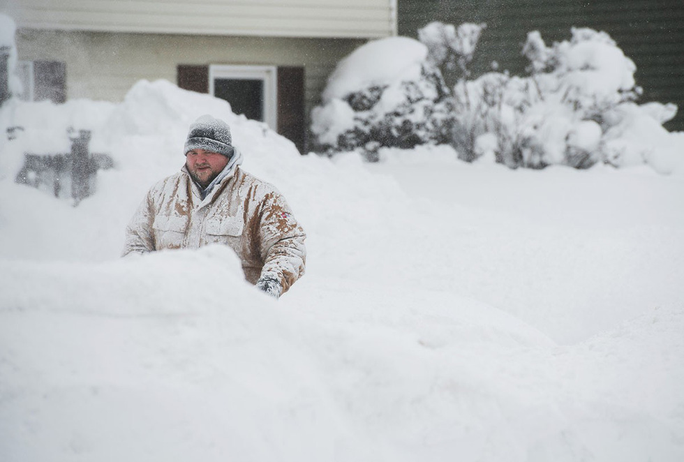 Thế giới trong tuần qua ảnh: tuyết rơi kỷ lục ở Mỹ, nổ ở Afghanistan - Ảnh 1.