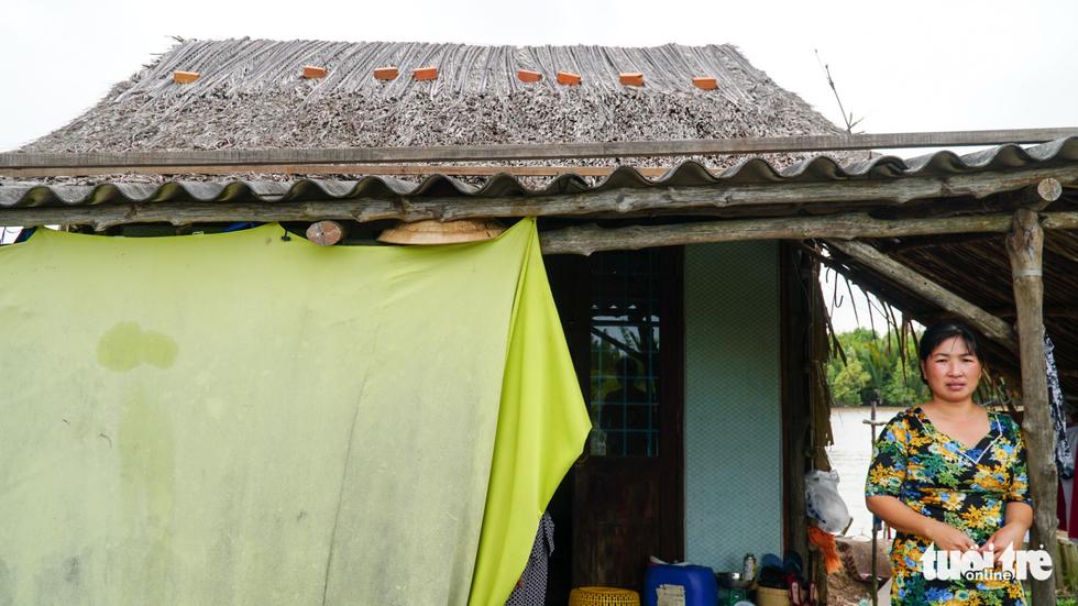 Dân Cà Mau lấy lưới, ống nước neo nhà chống bão - Ảnh 9.
