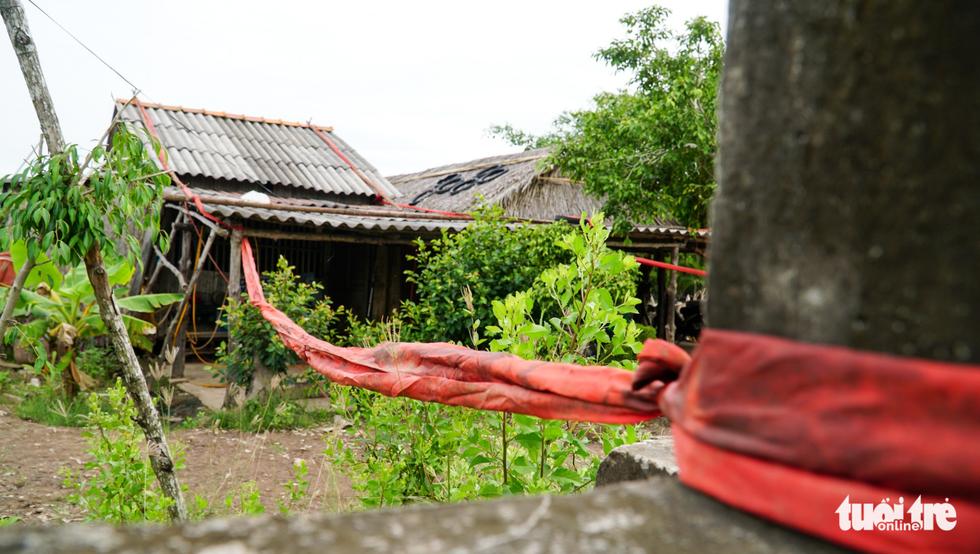 Dân Cà Mau lấy lưới, ống nước neo nhà chống bão - Ảnh 4.
