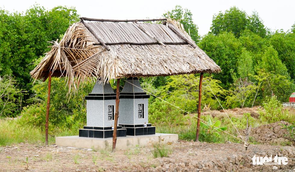 Dân Cà Mau lấy lưới, ống nước neo nhà chống bão - Ảnh 14.
