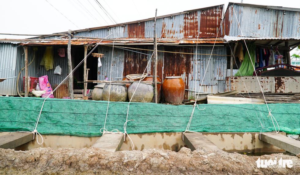 Dân Cà Mau lấy lưới, ống nước neo nhà chống bão - Ảnh 3.