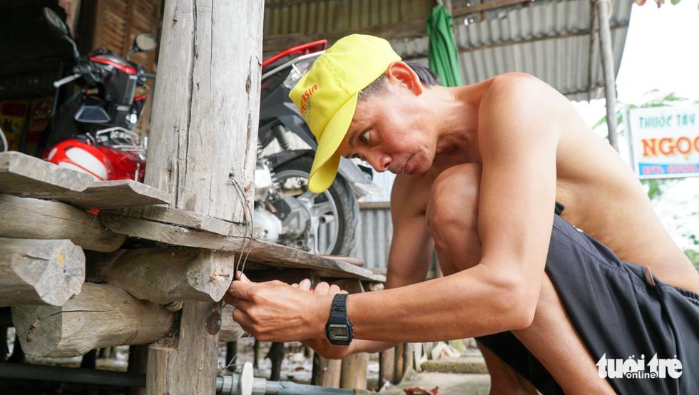 Dân Cà Mau lấy lưới, ống nước neo nhà chống bão - Ảnh 11.