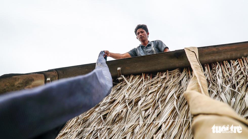 Dân Cà Mau lấy lưới, ống nước neo nhà chống bão - Ảnh 6.