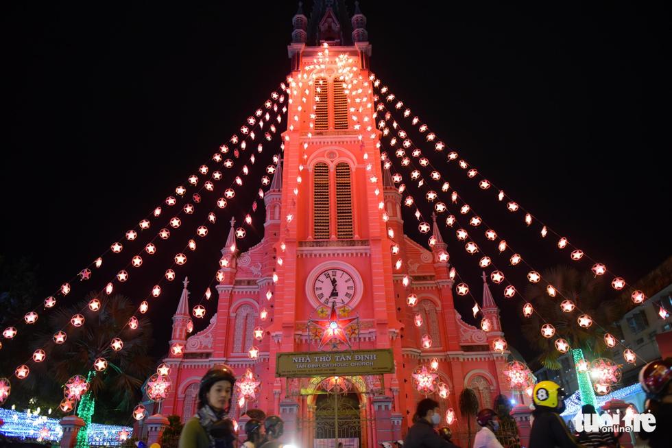 Không khí Giáng sinh Sài Gòn rộn ràng trong tiết trời se lạnh - Ảnh 1.