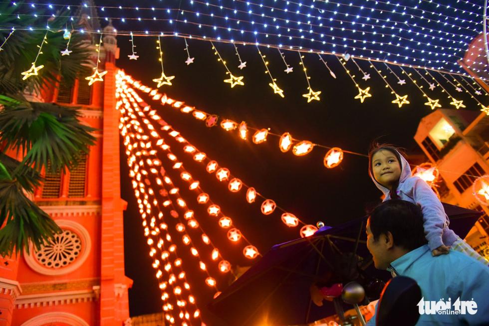 Không khí Giáng sinh Sài Gòn rộn ràng trong tiết trời se lạnh - Ảnh 4.