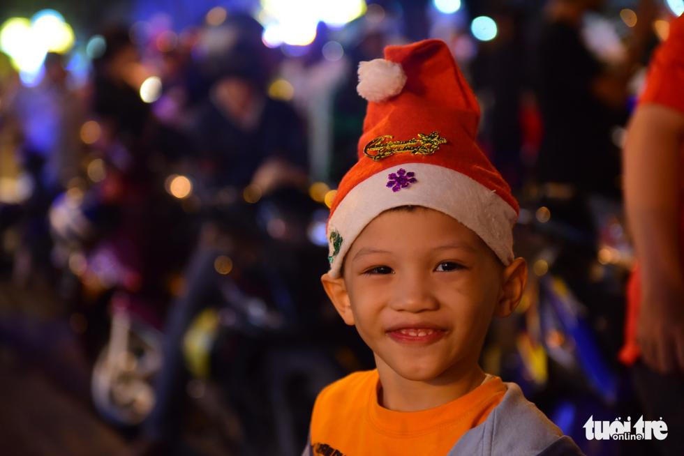 Không khí Giáng sinh Sài Gòn rộn ràng trong tiết trời se lạnh - Ảnh 5.