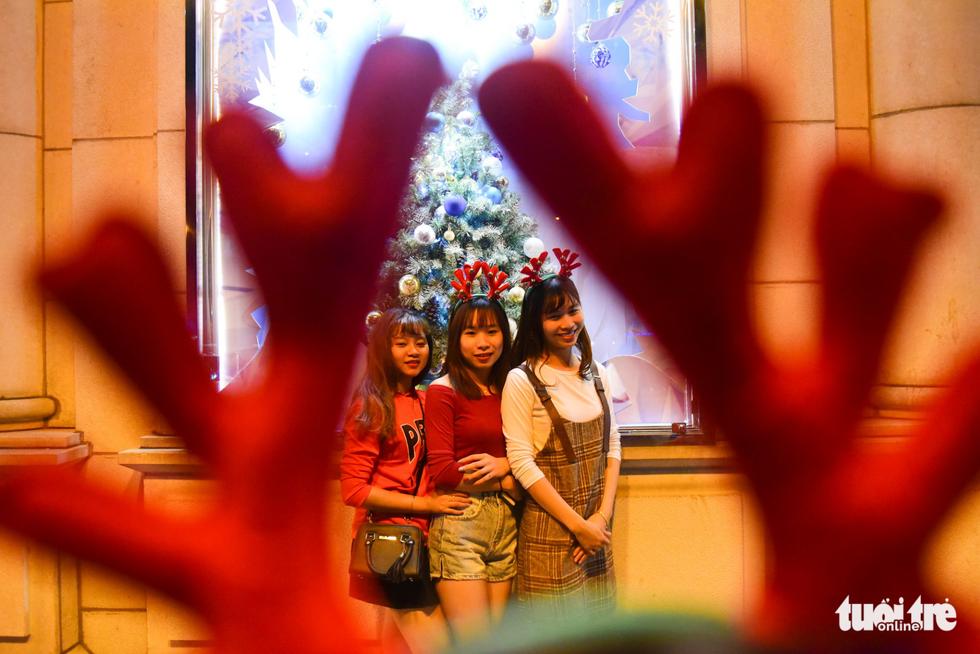 Không khí Giáng sinh Sài Gòn rộn ràng trong tiết trời se lạnh - Ảnh 11.
