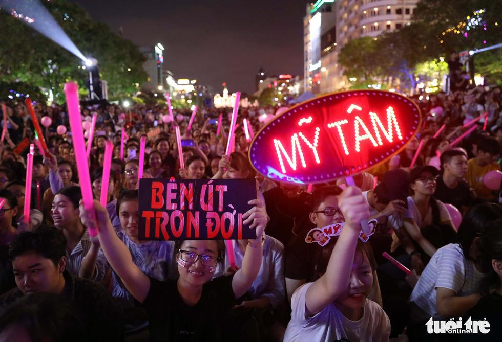 Hơn 10.000 khán giả chật phố đi bộ ngày ra mắt Tâm 9 - Ảnh 16.