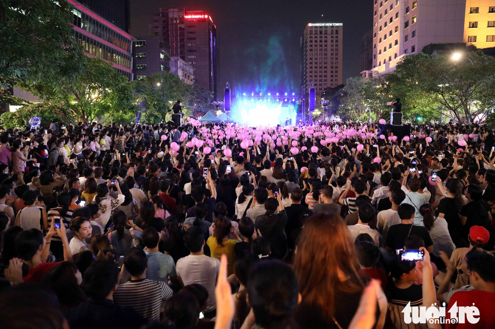Hơn 10.000 khán giả chật phố đi bộ ngày ra mắt Tâm 9 - Ảnh 4.