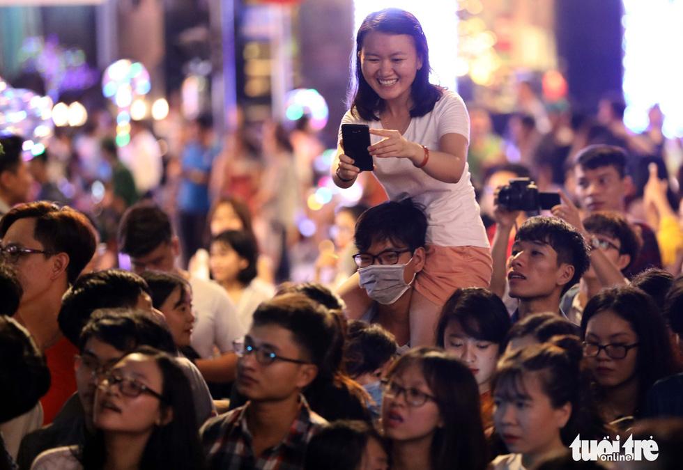 Hơn 10.000 khán giả chật phố đi bộ ngày ra mắt Tâm 9 - Ảnh 18.