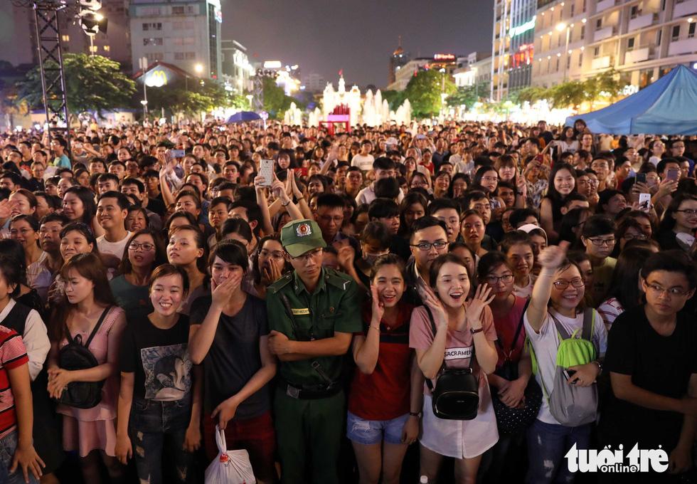 Hơn 10.000 khán giả chật phố đi bộ ngày ra mắt Tâm 9 - Ảnh 19.