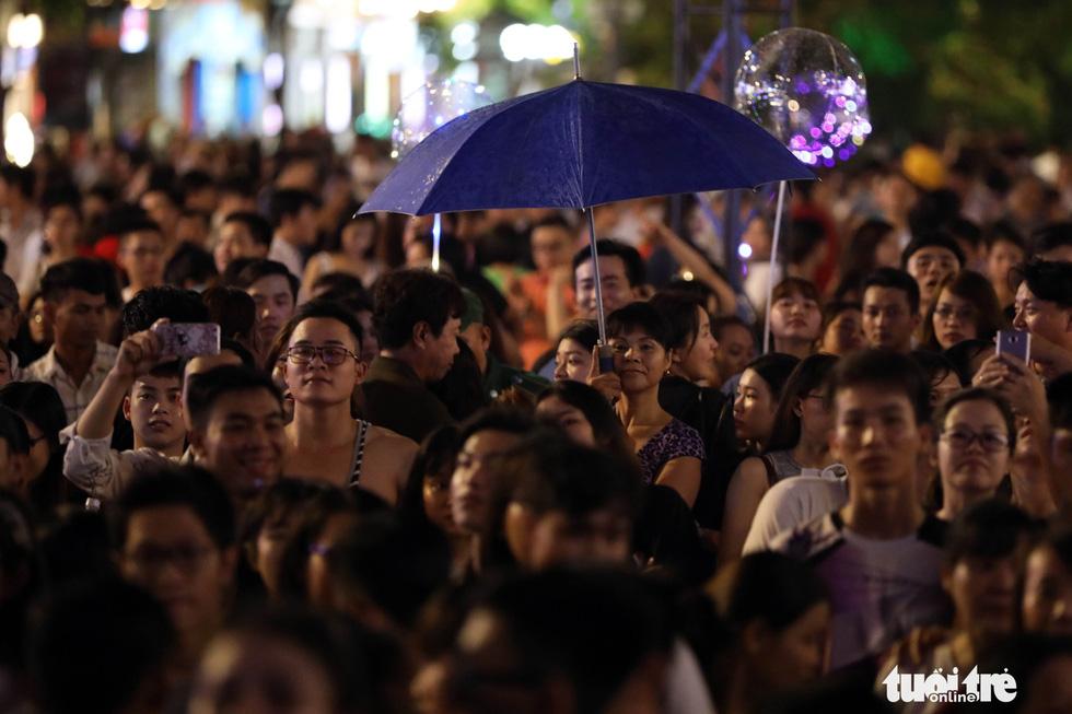 Hơn 10.000 khán giả chật phố đi bộ ngày ra mắt Tâm 9 - Ảnh 20.