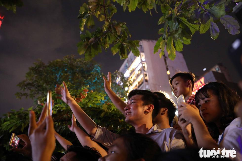 Hơn 10.000 khán giả chật phố đi bộ ngày ra mắt Tâm 9 - Ảnh 21.