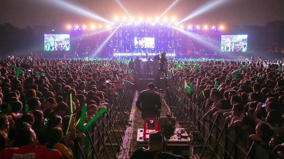 Noo Phước Thịnh tự làm MC, hát live trước 20.000 khán giả - Ảnh 3.