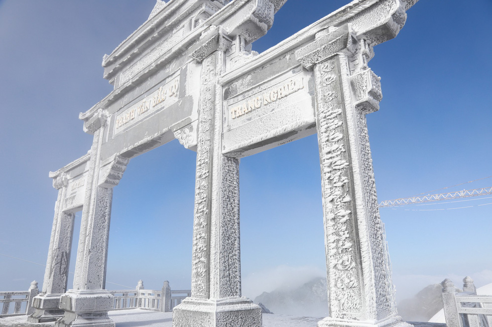 Mưa tuyết phủ trắng đỉnh Fansipan đẹp như cổ tích - Ảnh 9.
