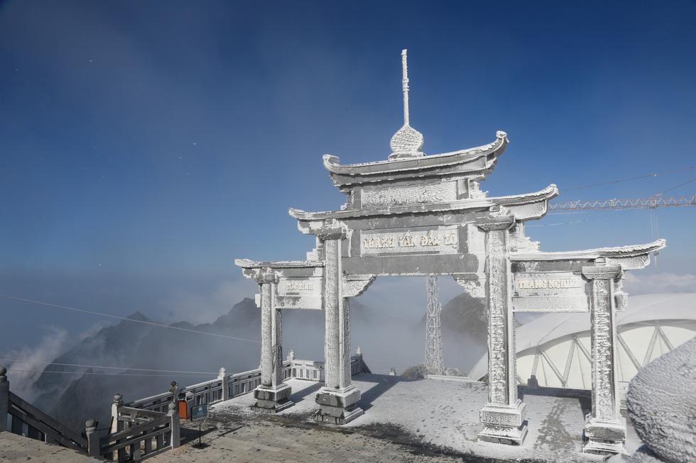 Mưa tuyết phủ trắng đỉnh Fansipan đẹp như cổ tích - Ảnh 10.