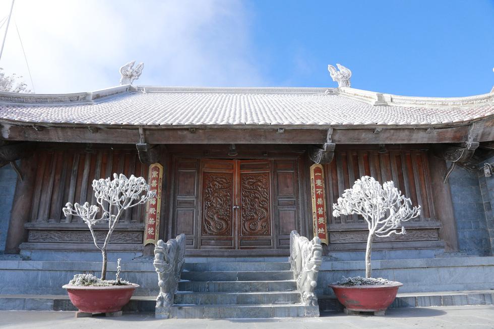 Mưa tuyết phủ trắng đỉnh Fansipan đẹp như cổ tích - Ảnh 14.