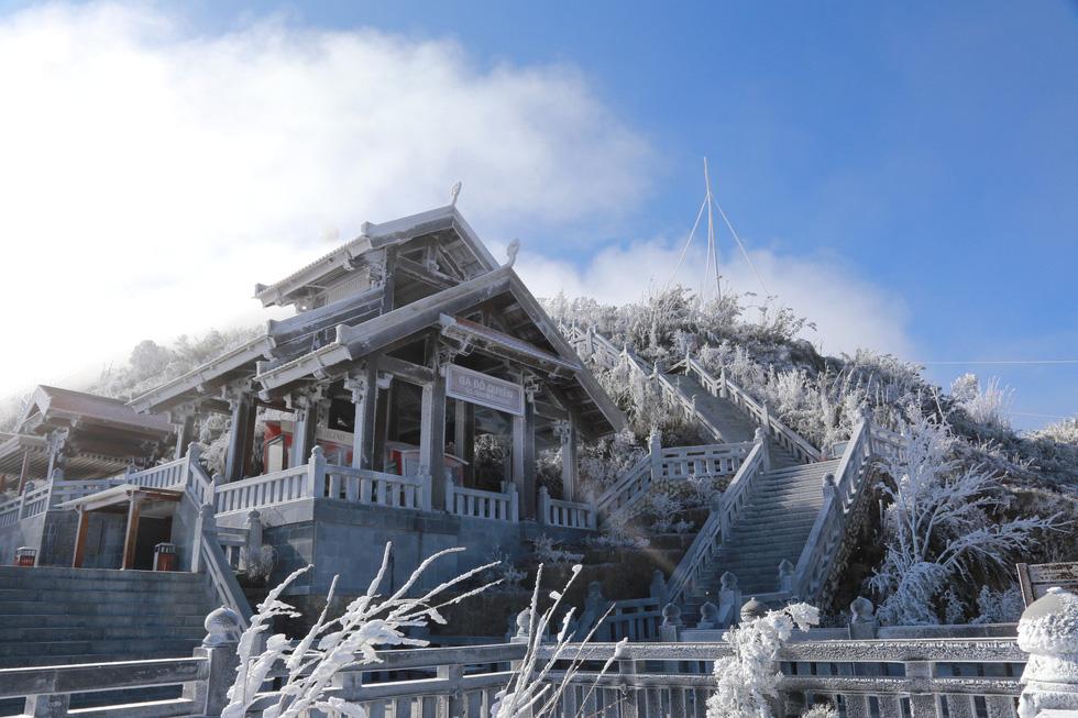 Mưa tuyết phủ trắng đỉnh Fansipan đẹp như cổ tích - Ảnh 15.