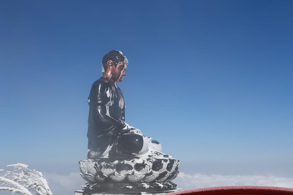 Mưa tuyết phủ trắng đỉnh Fansipan đẹp như cổ tích - Ảnh 18.