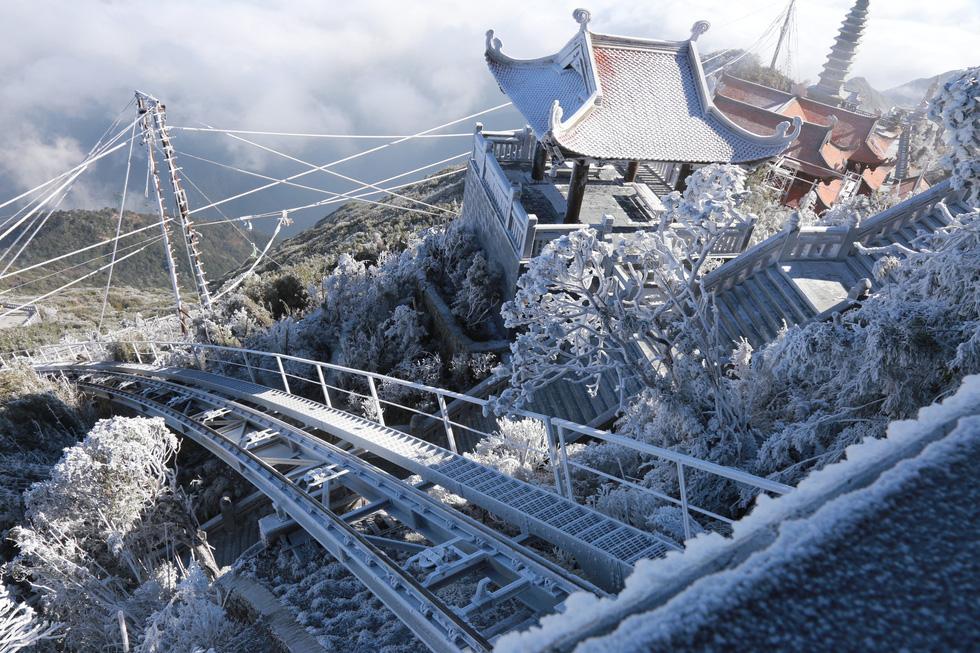 Mưa tuyết phủ trắng đỉnh Fansipan đẹp như cổ tích - Ảnh 19.