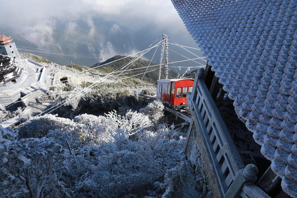 Mưa tuyết phủ trắng đỉnh Fansipan đẹp như cổ tích - Ảnh 20.