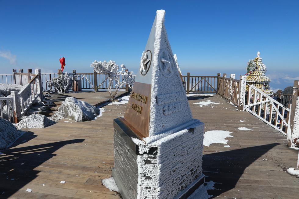 Mưa tuyết phủ trắng đỉnh Fansipan đẹp như cổ tích - Ảnh 22.