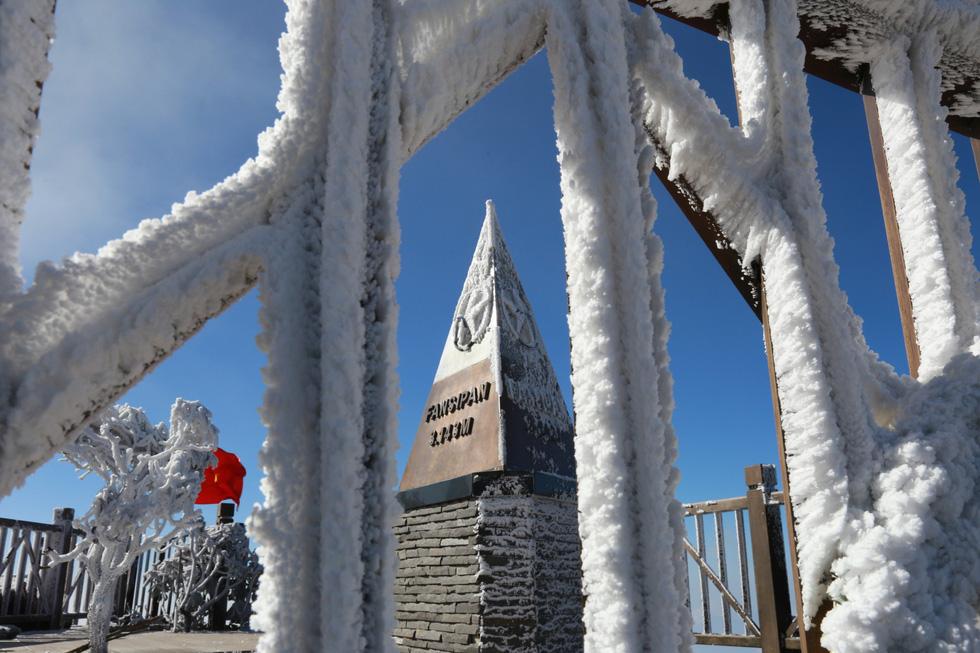 Mưa tuyết phủ trắng đỉnh Fansipan đẹp như cổ tích - Ảnh 23.