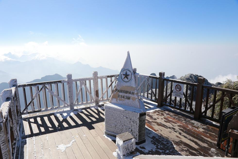 Mưa tuyết phủ trắng đỉnh Fansipan đẹp như cổ tích - Ảnh 24.