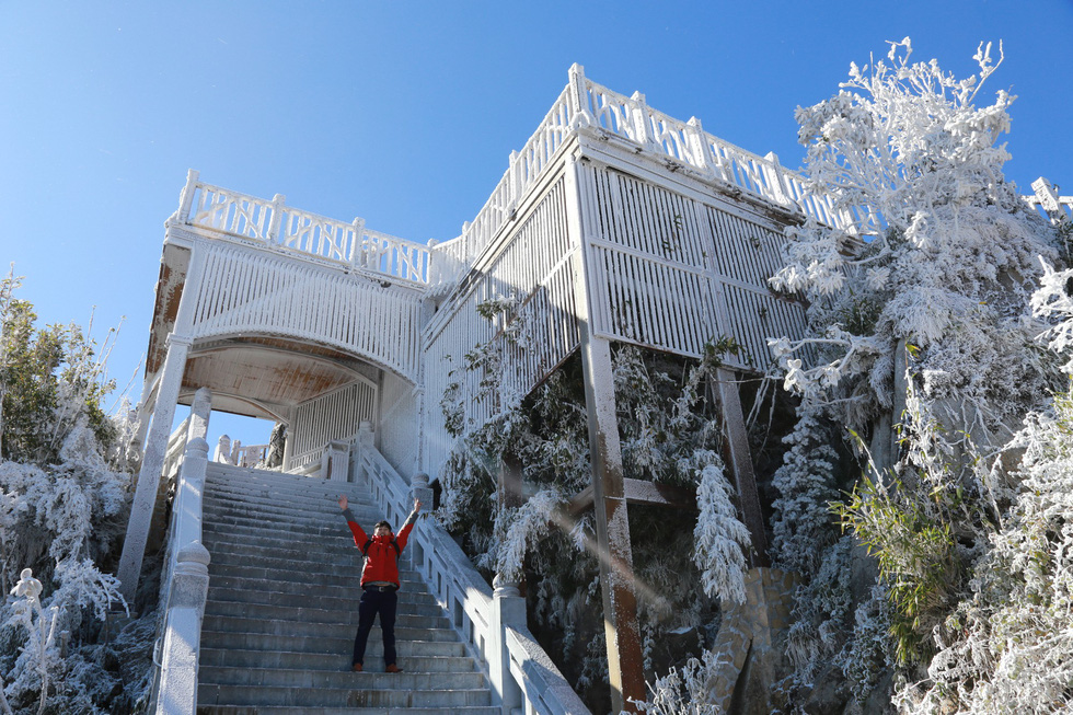 Mưa tuyết phủ trắng đỉnh Fansipan đẹp như cổ tích - Ảnh 31.