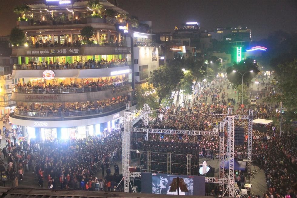 Hơn 10.000 khán giả đổ về hồ Gươm hát cùng Mỹ Tâm - Ảnh 8.
