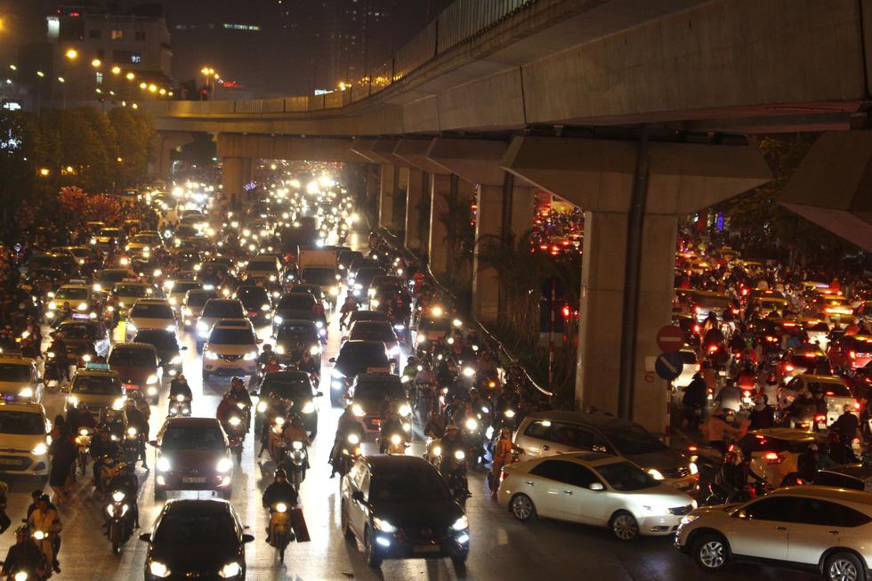 Kẹt cứng người dân Hà Nội đổ về khu vui chơi trong đêm Giáng sinh - Ảnh 5.