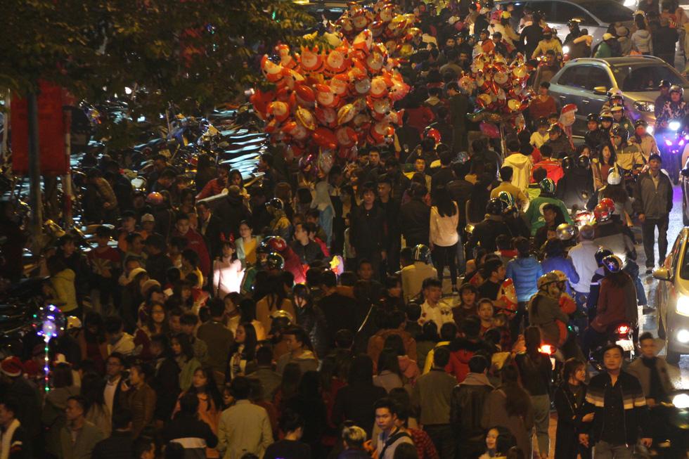 Kẹt cứng người dân Hà Nội đổ về khu vui chơi trong đêm Giáng sinh - Ảnh 6.