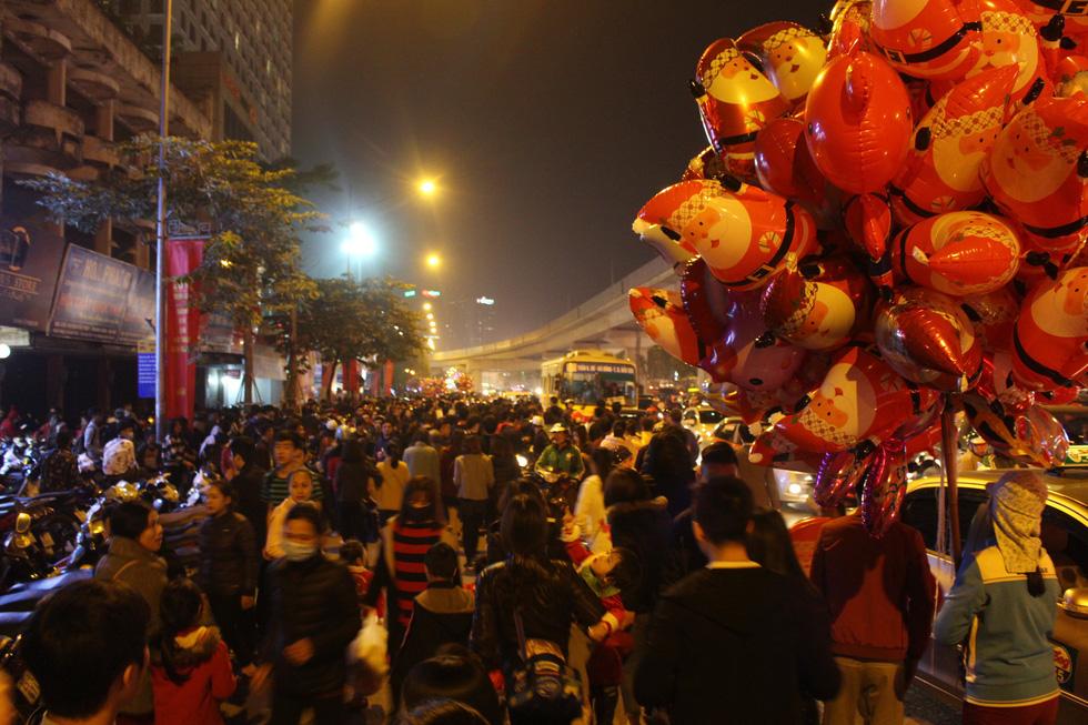 Kẹt cứng người dân Hà Nội đổ về khu vui chơi trong đêm Giáng sinh - Ảnh 7.