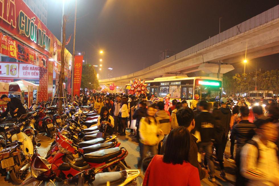 Kẹt cứng người dân Hà Nội đổ về khu vui chơi trong đêm Giáng sinh - Ảnh 8.
