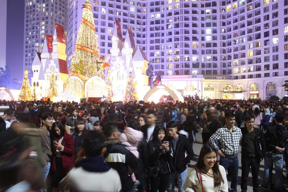 Kẹt cứng người dân Hà Nội đổ về khu vui chơi trong đêm Giáng sinh - Ảnh 1.