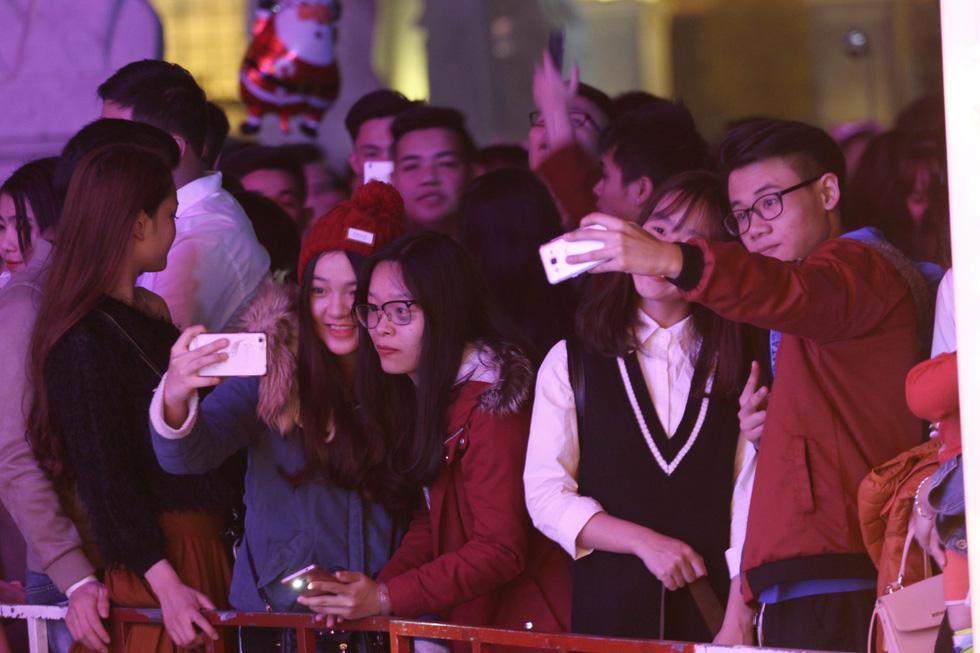 Kẹt cứng người dân Hà Nội đổ về khu vui chơi trong đêm Giáng sinh - Ảnh 9.