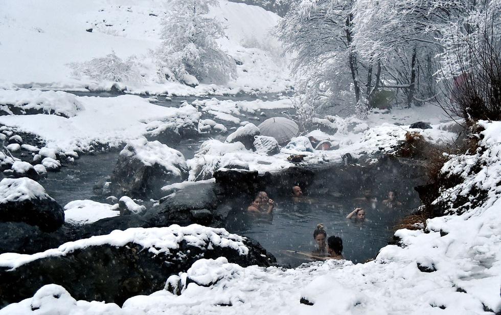 Thế giới trong tuần qua ảnh: tuyết rơi kỷ lục ở Mỹ, nổ ở Afghanistan - Ảnh 2.
