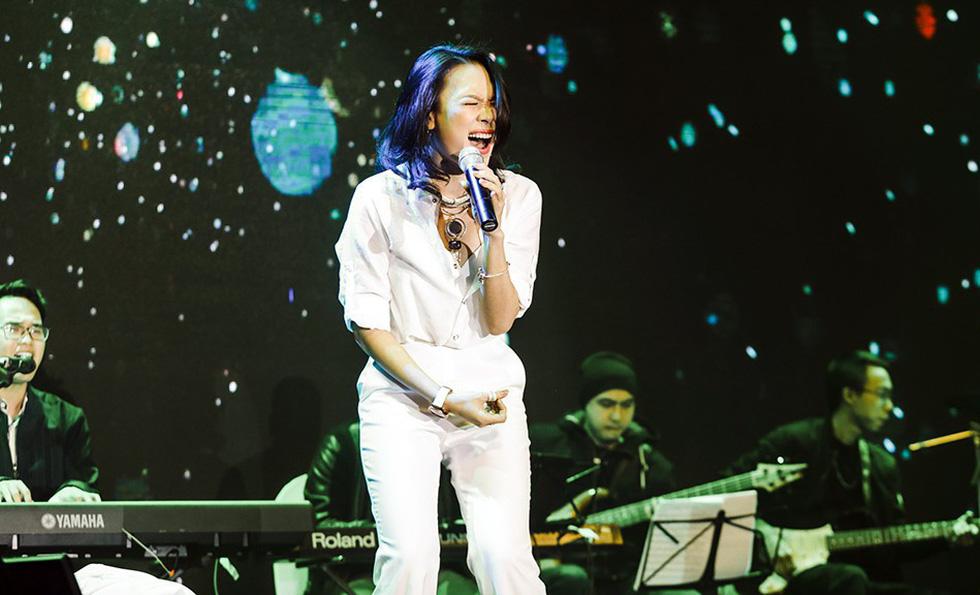 Hơn 10.000 khán giả đổ về hồ Gươm hát cùng Mỹ Tâm - Ảnh 5.