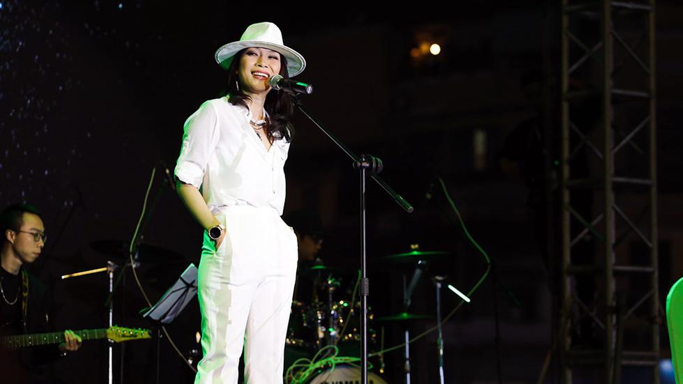 Hơn 10.000 khán giả đổ về hồ Gươm hát cùng Mỹ Tâm - Ảnh 2.