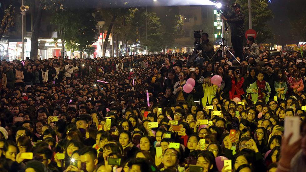 Hơn 10.000 khán giả đổ về hồ Gươm hát cùng Mỹ Tâm - Ảnh 11.
