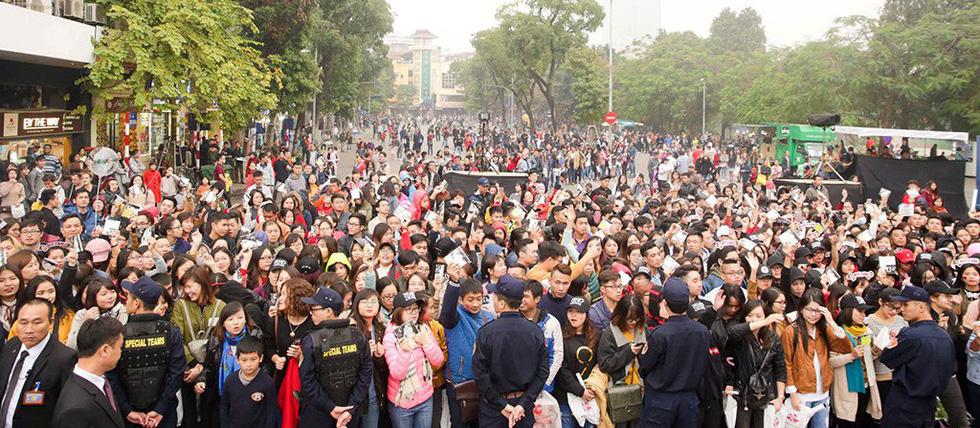 Hơn 10.000 khán giả đổ về hồ Gươm hát cùng Mỹ Tâm - Ảnh 6.