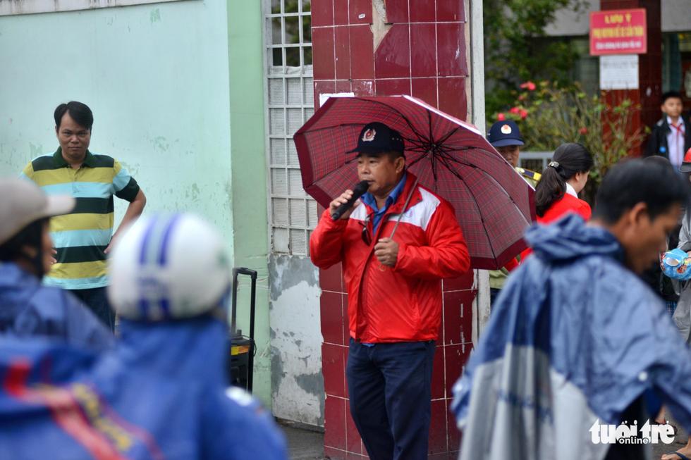 Nhiều trường ở Sài Gòn cho học sinh nghỉ sớm tránh bão Tembin - Ảnh 2.