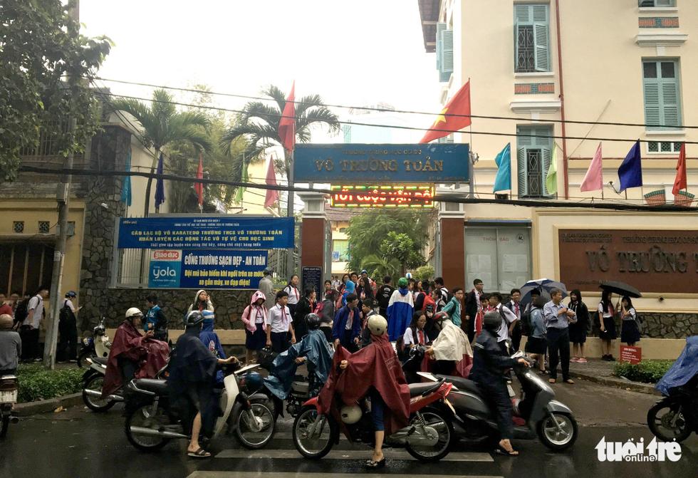Nhiều trường ở Sài Gòn cho học sinh nghỉ sớm tránh bão Tembin - Ảnh 3.