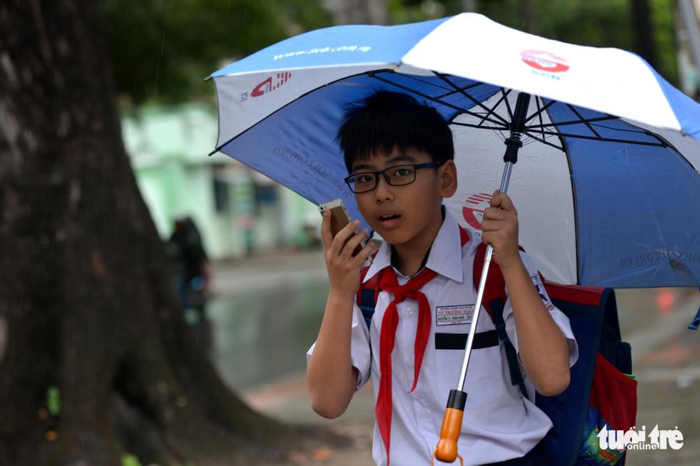 Nhiều trường ở Sài Gòn cho học sinh nghỉ sớm tránh bão Tembin - Ảnh 6.