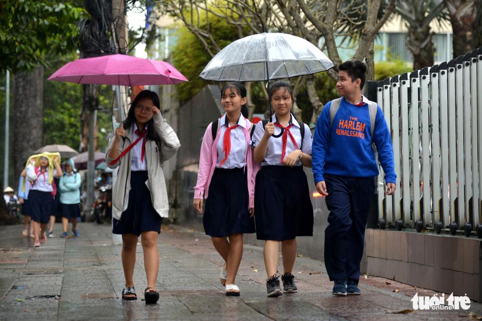Nhiều trường ở Sài Gòn cho học sinh nghỉ sớm tránh bão Tembin - Ảnh 7.